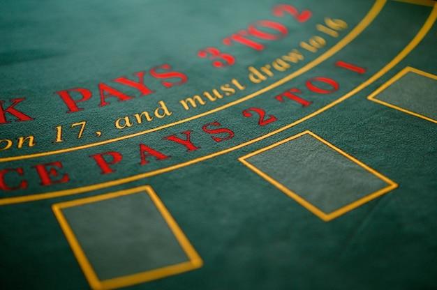 Игра в рулетку за столом в казино.