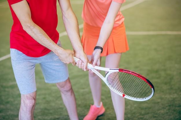 테니스. 남자와 여자는 라켓을 들고 사진을 닫습니다