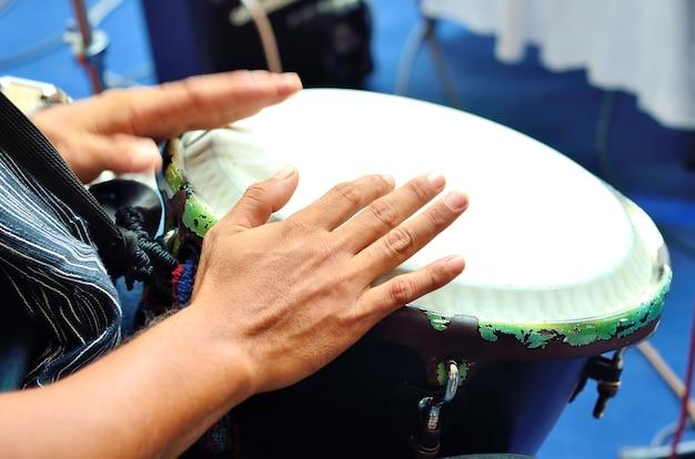 드럼 연주. 움직이는 손과 다른 손에 초점