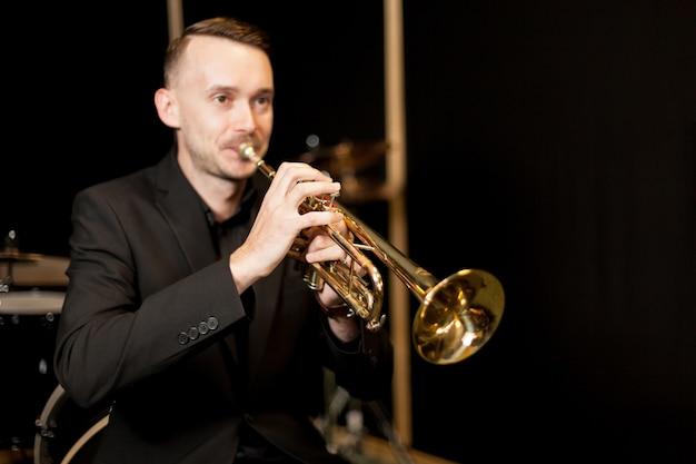 Играет на трубе