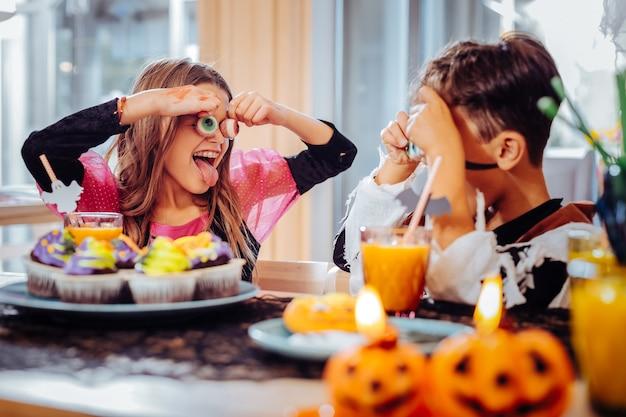 トリックをする。ハロウィーンパーティーをしながら、信じられないほど幸せなトリックをプレイして感じているかわいい面白い兄と妹