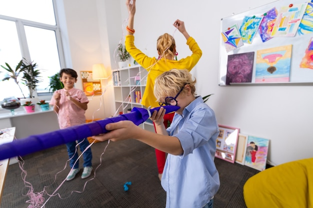 Шутки. учитель и два красивых умных школьника играют в шутки после урока рисования