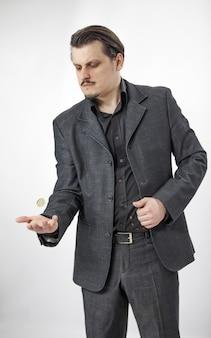 그의 손에 동전을 가지고 노는
