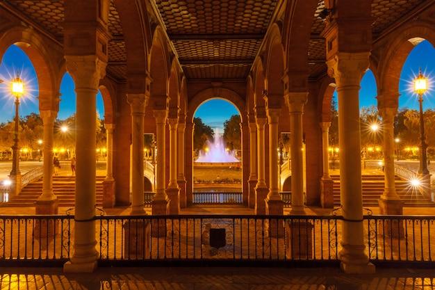 スペイン、セビリアの夜のスペイン広場