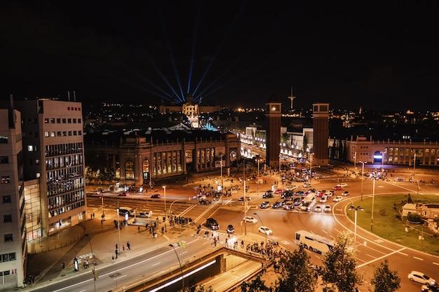 Площадь испании в барселоне, вид сверху ночью, светофор