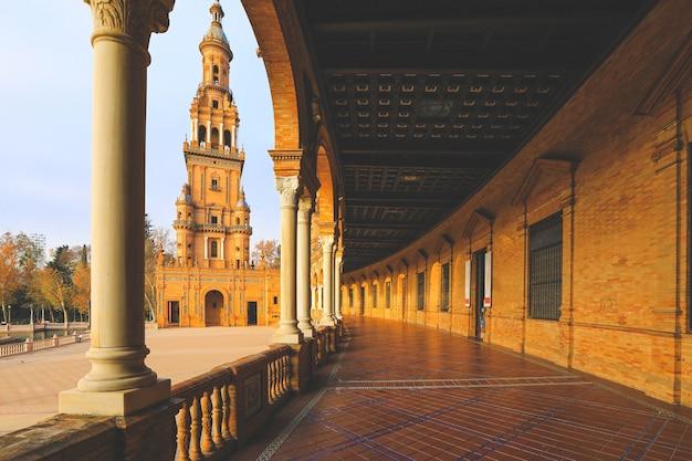スペイン広場セビリア市内中心部の柱のある内側の廊下からのスペイン広場建築の眺め