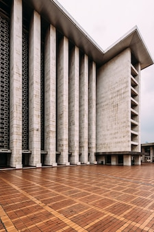 The plaza of istiqlal mosque is called keramik merah