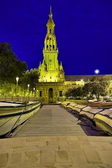Plaza spain в севилье ночью.