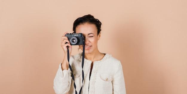 Приятная африканская молодая женщина, держащая камеру