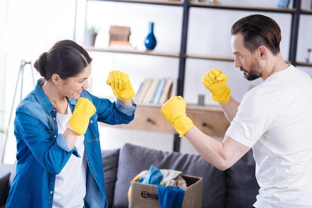 手袋をはめて反対しながら横顔でポーズをとる心地よい魅力的な素敵なカップル