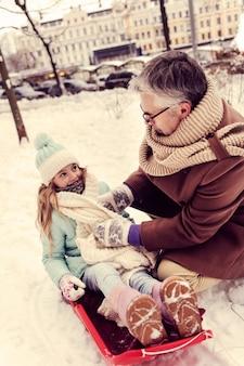 즐거운 의사 소통. 그의 딸을 돌보고 공원에서 시간을 보내는 친절한 남자