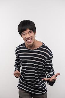 楽しい感情。幸せを感じながらあなたを見ている喜んでいるアジア人