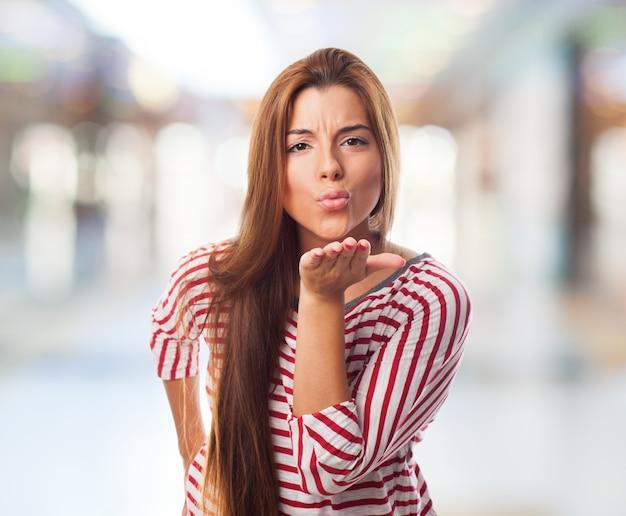 공기 키스를 보내는 즐거운 여자.