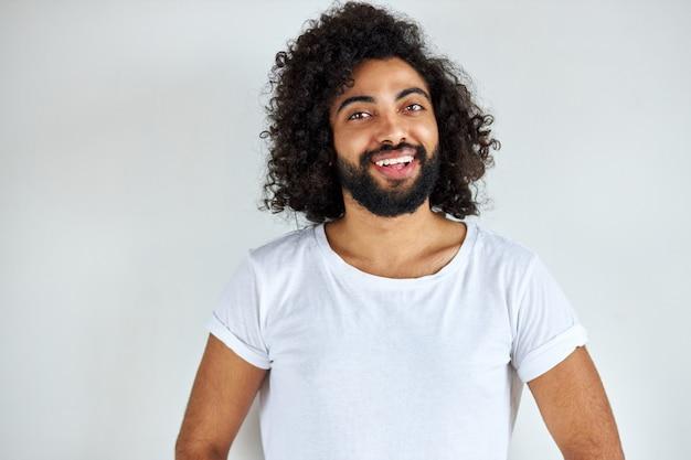Приятный индийский арабский мужчина в рубашке смотрит в камеру