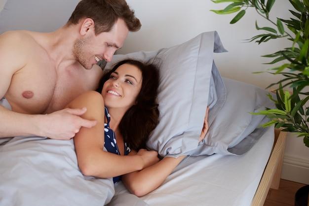 젊은 커플의 즐거운 아침