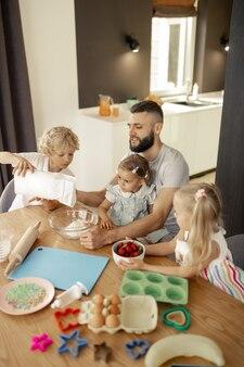 Приятная милая семья сидит за столом