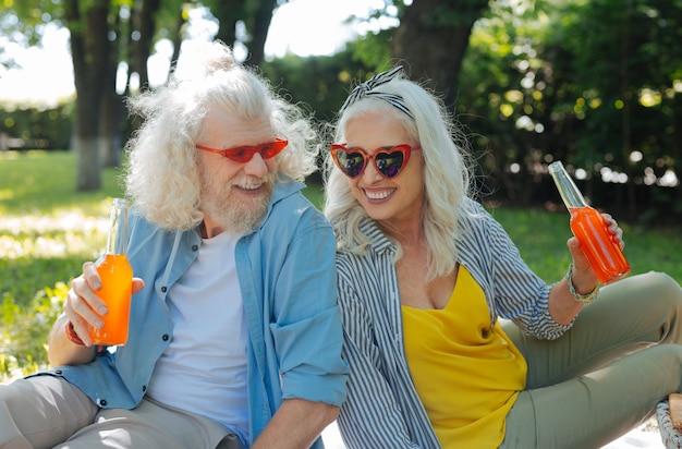 Приятного времени. радостная радостная пара в хорошем настроении во время совместного пикника