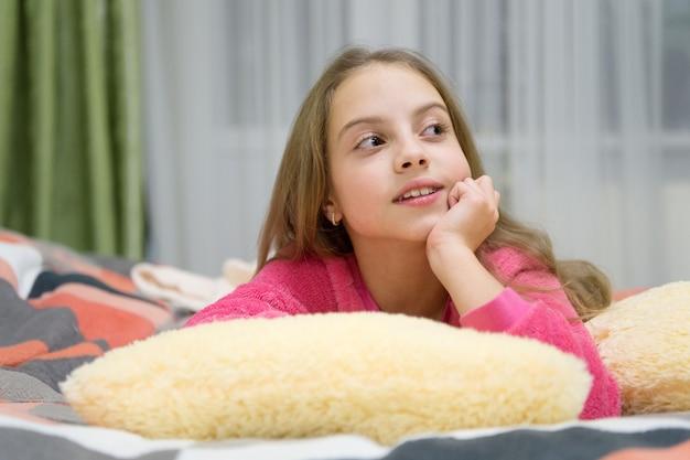 즐거운 시간 휴식. 정신 건강과 긍정. 어린이를 위한 무료 가이드 명상 및 이완 스크립트. 소녀 어린 아이는 집에서 휴식을 취합니다. 자기 전 저녁 휴식. 육아 개념입니다.