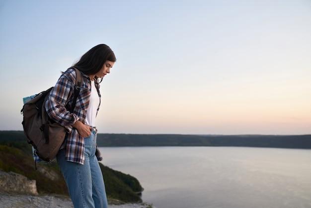 国立公園podillyatovtryで一人でハイキングする楽しい女性