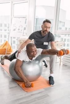 즐거운 운동. 신체 훈련을 즐기면서 웃고 즐거운 좋은 긍정적 인 사람