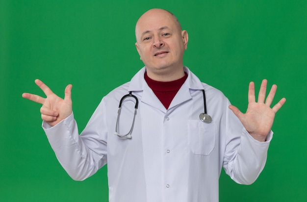指で8を身振りで示す聴診器で医者の制服を着た大人のスラブ人を喜ばせる