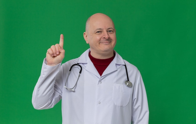 청진기를 가리키는 의사 제복을 입은 기쁘게 성인 슬라브 남자