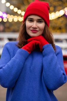 クリスマスフェアで歩く幸せなブルネットの女性