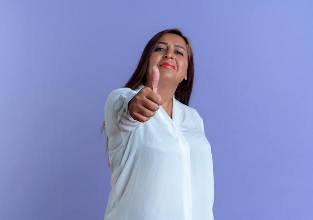 カジュアルな白人の中年女性の親指を上に喜ばせる
