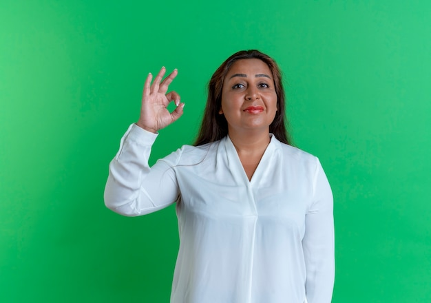 Donna di mezza età caucasica casuale soddisfatta che mostra il gesto okey