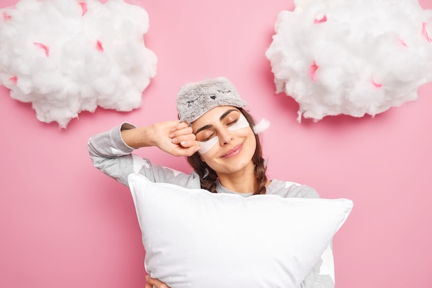 기쁘게 백인 여자는 눈을 감고 달콤한 꿈을 즐긴다