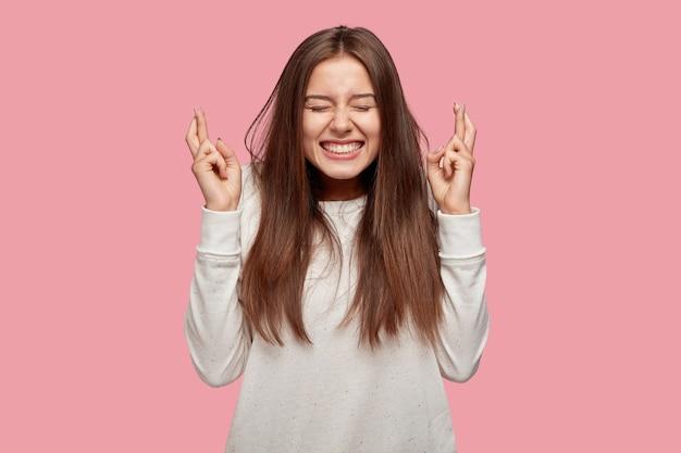 분홍색 벽에 포즈 기쁘게 밝은 아름 다운 갈색 머리