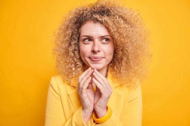 喜んでいる縮れ毛の女性は邪悪な完璧な計画を持っています