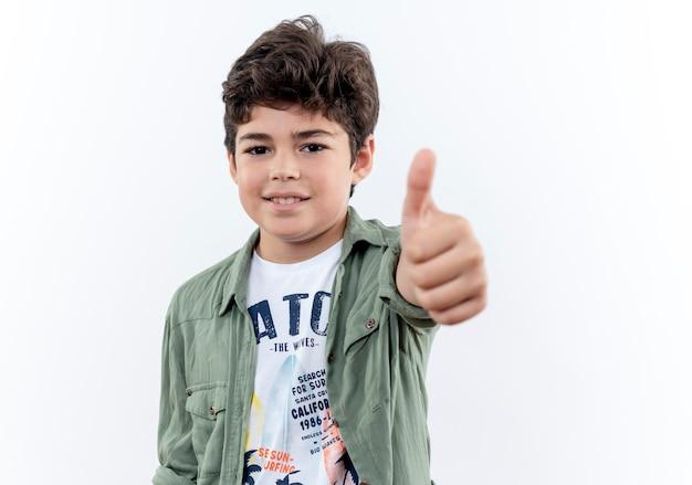 白い背景で隔離の彼の親指を上に喜んで小さな男子生徒