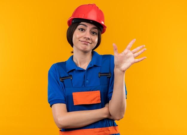 5를 보여주는 제복을 입은 casmera 젊은 건축업자 여성을 보고 기쁘게 생각합니다.