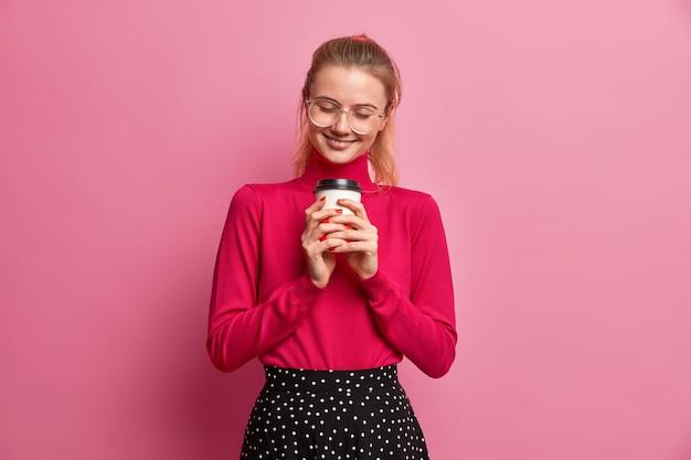 Довольная милая миллениал девушка вспоминает о чем-то приятном в уме с романтическим выражением лица счастливо улыбается Бесплатные Фотографии