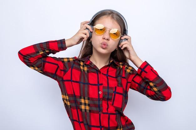 빨간 셔츠와 헤드폰을 끼고 안경을 쓴 아름다운 소녀