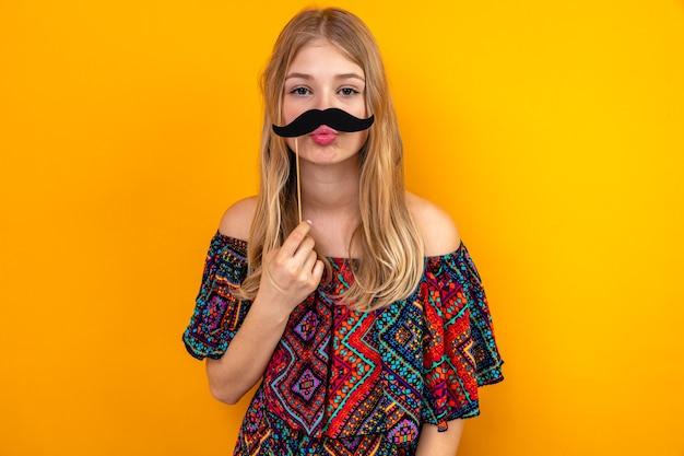 Lieta giovane bionda ragazza slava con baffi finti sul bastone