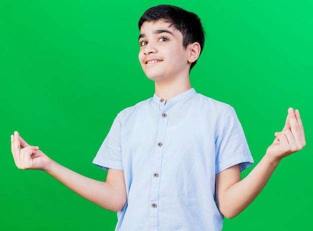 녹색 벽에 고립 된 돈 제스처를 하 고 기쁘게 어린 백인 소년