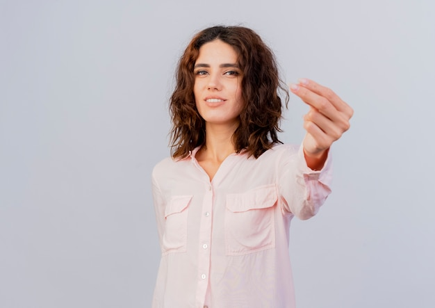 Довольная молодая кавказская девушка жесты денежный знак рукой