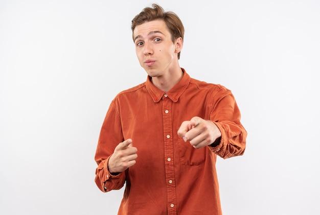 Lieto giovane bel ragazzo che indossa punti di camicia rossa isolati sul muro bianco