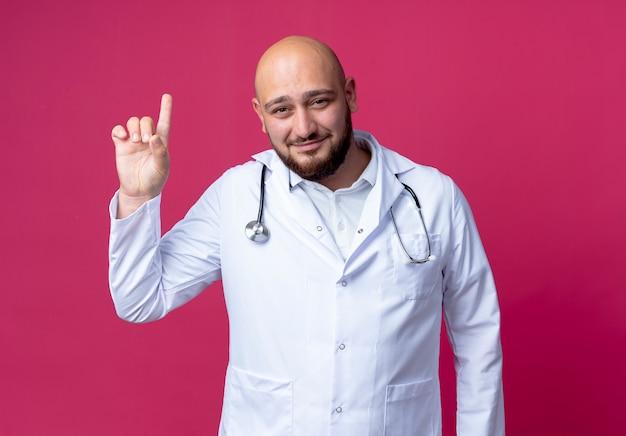 의료 가운과 청진기를 입고 기쁘게 젊은 남성 의사