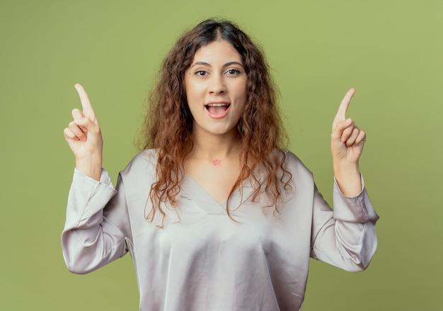 기쁘게 젊은 예쁜 여성 회사원 포인트 최대 올리브 녹색 벽에 고립