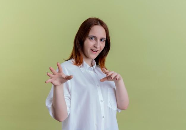 올리브 그린에 고립 된 타이거 스타일을 보여주는 기쁘게 젊은 빨간 머리 소녀
