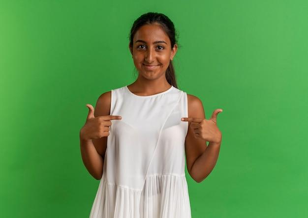 녹색에 자신을 기쁘게 어린 여학생 포인트 무료 사진