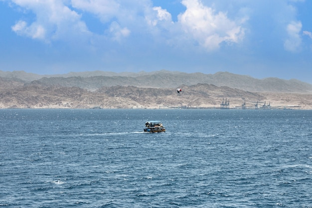 이스라엘 홍해 여행을 위한 유람선. 해안선과 산을 배경으로.