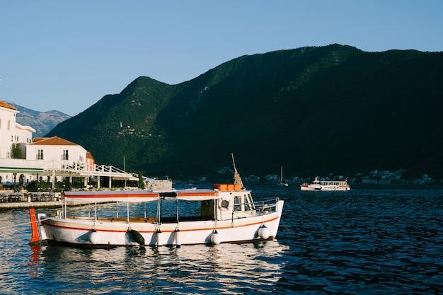 ペラストの山の近くにある白い遊覧船。