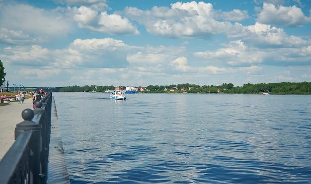 러시아의 야로슬라블(yaroslavl) 시 볼가(volga)의 유람선