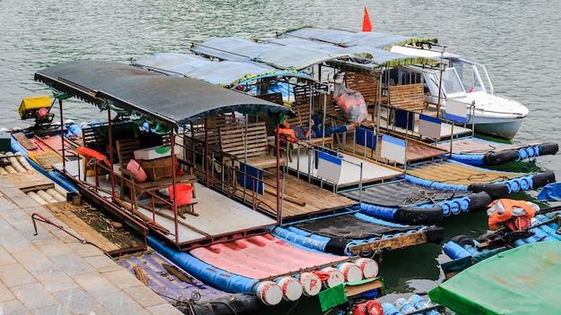 Прогулочные катера на реке ли, известной как река лицзян.