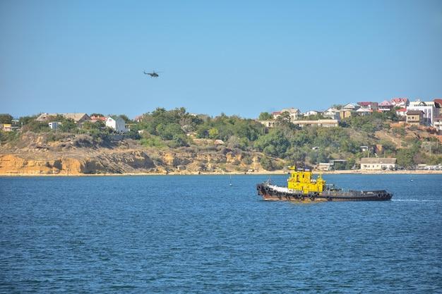 세바스토폴 항구의 유람선, 보트 여행, 크리미아 해안을 따라 있는 모터 선박.