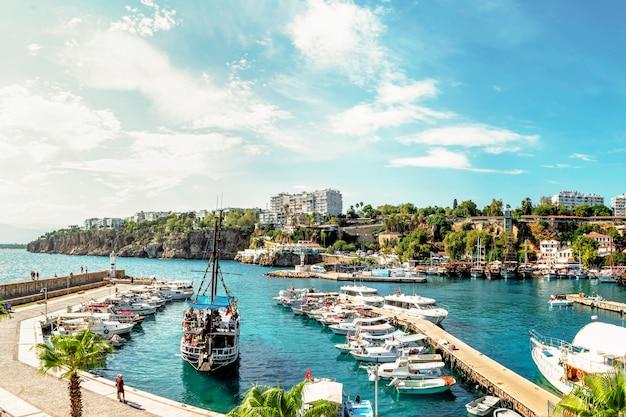 Прогулочные яхты и катера в порту калеичи, историческом центре анталии, турция. туризм и путешествия, историческое место для морских прогулок